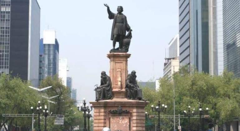 EN LAS NUBES   Ya somos muchos   Carlos Ravelo Galindo afirma:   Ya sin Cristóbal Colón en reforma.